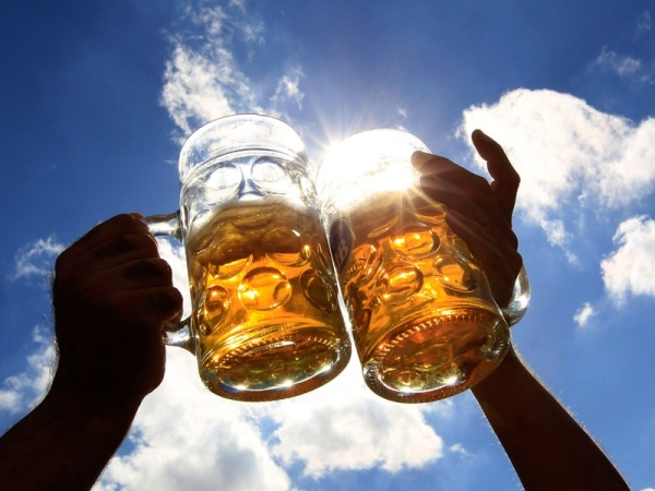 wpid-toasting-with-beer-mugs-with-sky-in-background_133632